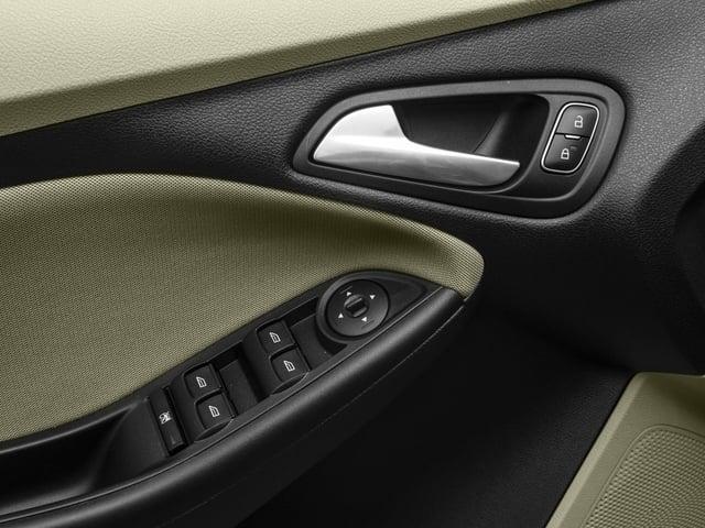 2016 Ford Focus SE Sedan - 18603411 - 17